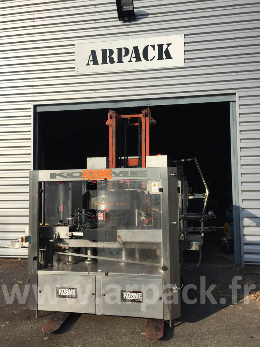 Labelling machine for champagne, sparkling wine bottles