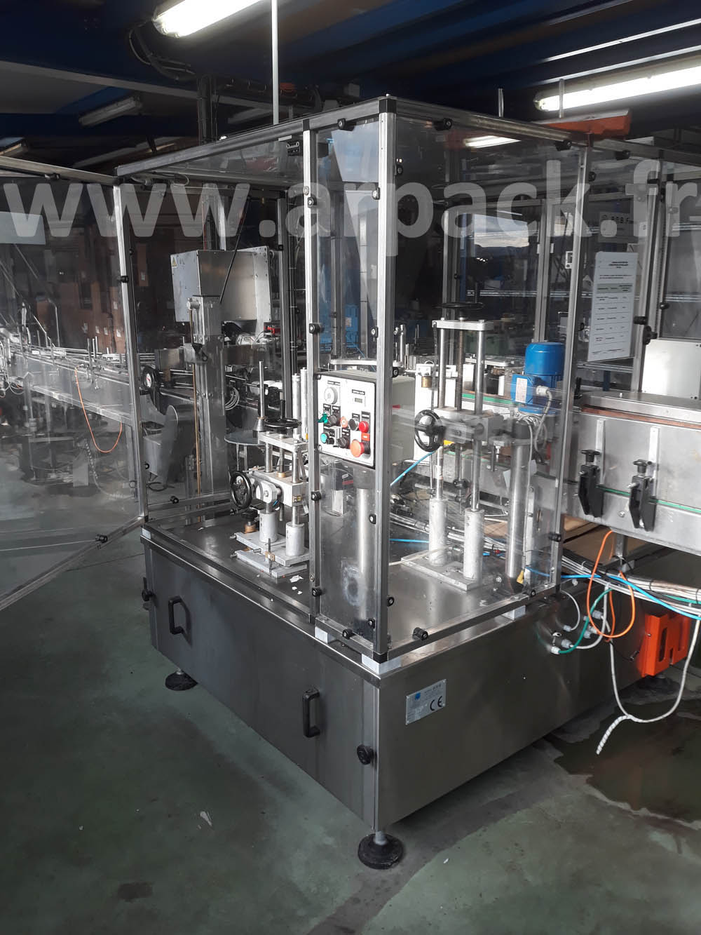 Labeling machine for round pots